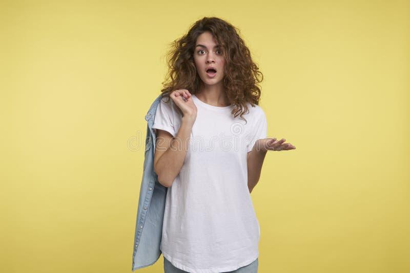 O tiro de Midium dos jovens surpreendeu a mulher com cabelo encaracolado foto de stock