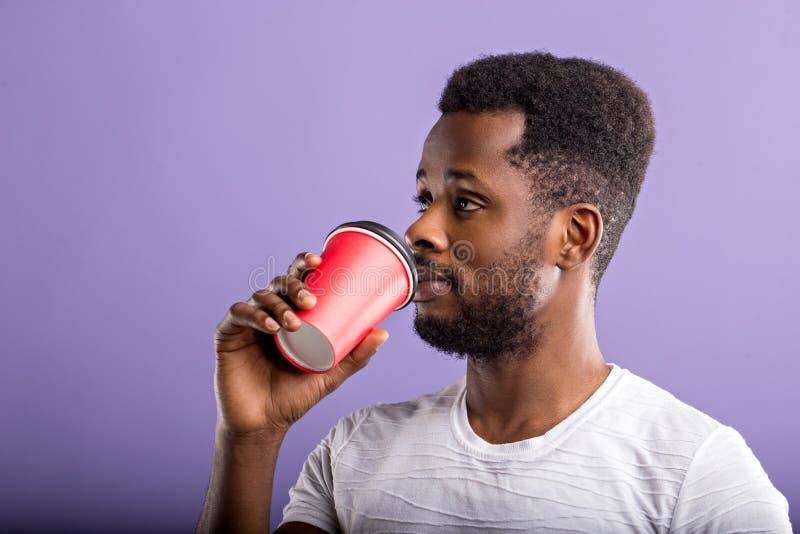 O tiro do homem negro considerável guarda o café afastado imagem de stock royalty free