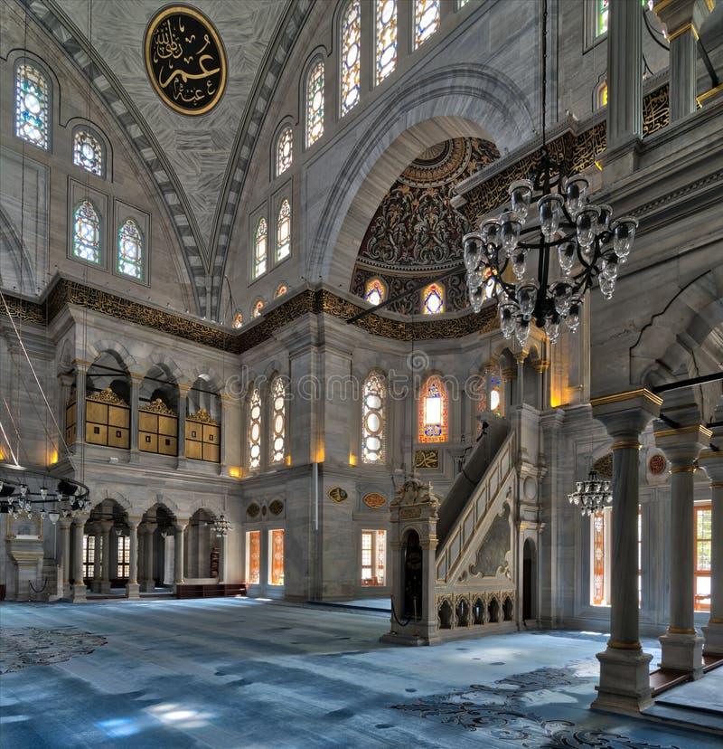 O tiro interior da mesquita de Nuruosmaniye com plataforma minbar, os arcos enormes & coloriu janelas de vitral, Istambul, Turqui foto de stock royalty free