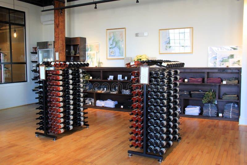 O tiro interior de cremalheiras de madeira mornas do revestimento e do vinho, raizes vivas Wine & Co , Rochester, New York, 2017 fotos de stock