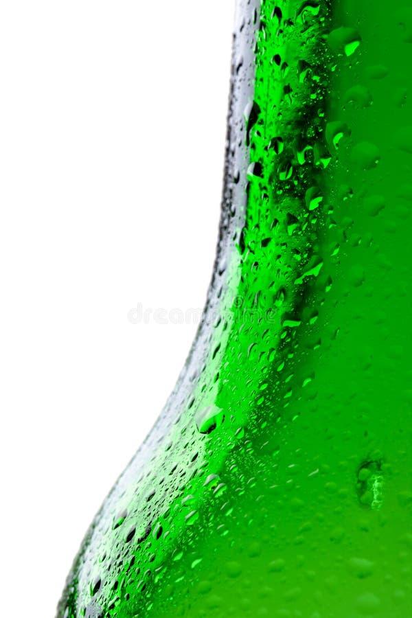 O tiro macro da água deixa cair no bootle verde fotografia de stock royalty free