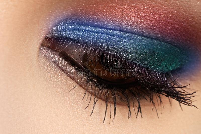 O tiro macro de cores bonitas do olho do ` s da mulher, as brilhantes e as profundas faz imagens de stock royalty free