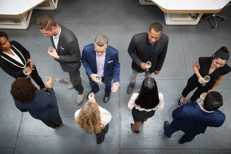 O tiro a?reo do neg?cio Team Socializing At After Works bebe no escrit?rio moderno foto de stock royalty free