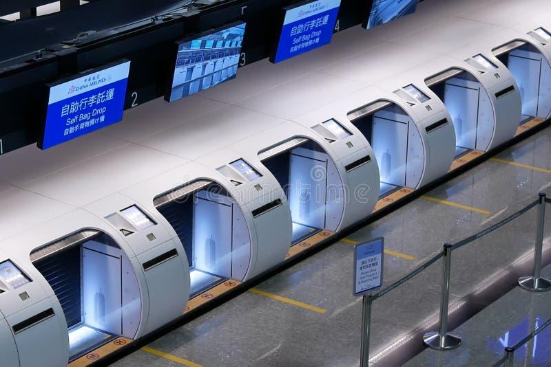 O tiro superior da seção da gota do saco do auto na linha aérea de China verifica nas mesas fotos de stock royalty free