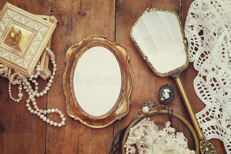 o toalete da mulher do vintage objeta ao lado do quadro vazio da foto imagens de stock royalty free