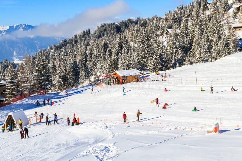 O toboggan corre na estância de esqui Villars - Gryon - Les Diablerets em Suíça fotos de stock royalty free