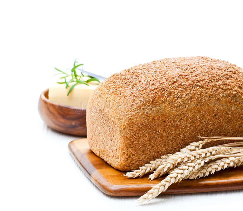 O todo lento-cozeu o pão de wholemeal orgânico com manteiga e rosema imagens de stock