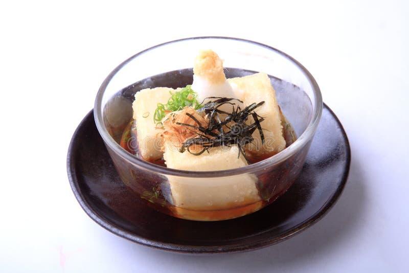 O tofu de Agedashi isolado no fundo branco, tofu quente espanou com fotografia de stock