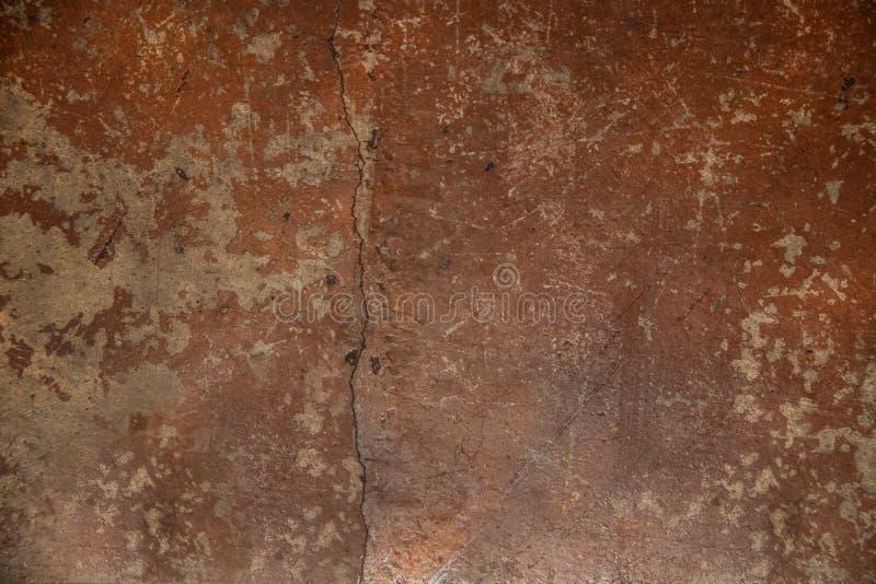 O tom rachado sujo gasto velho da terra pintou o fundo concreto do assoalho com marcas e riscos de escova imagens de stock royalty free
