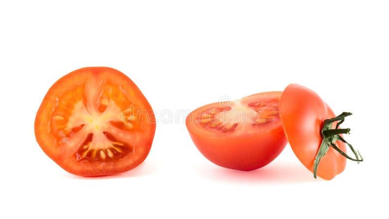 O tomate vermelho fresco cortou nas partes, isoladas fotos de stock