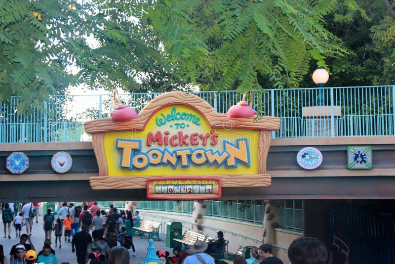 O Toontown de Mickey, Disneylândia Fantasyland, Anaheim, Califórnia, EUA foto de stock royalty free