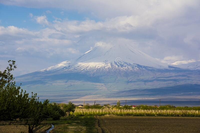 O topo do Monte Ararat está coberto de neve fotografia de stock