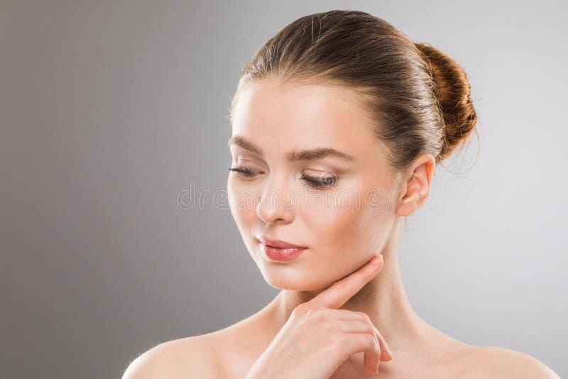 O toque da mulher possui a cara fotos de stock royalty free