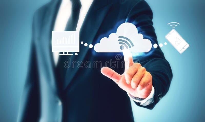 O toque do homem de negócios o botão virtual da nuvem representa um armazenamento de dados e uma sincronização dos dados no negóc foto de stock royalty free