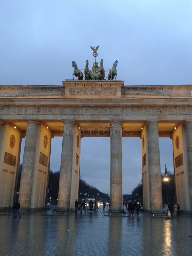 O Tor de Brandenburger em um frio sábado à noite imagem de stock