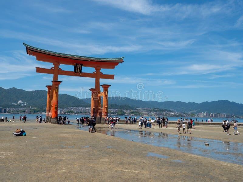 O-torii wielka brama Itsukushima ?wi?tynia, Japonia zdjęcie royalty free
