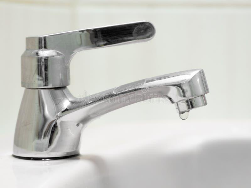 O torneira não é corretamente fechado, a água está escoando a torneira imagens de stock
