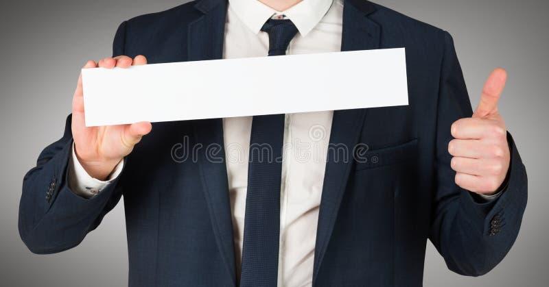 O torso do homem de negócio com ahd do cartão vazio manuseia acima contra o fundo cinzento fotografia de stock royalty free