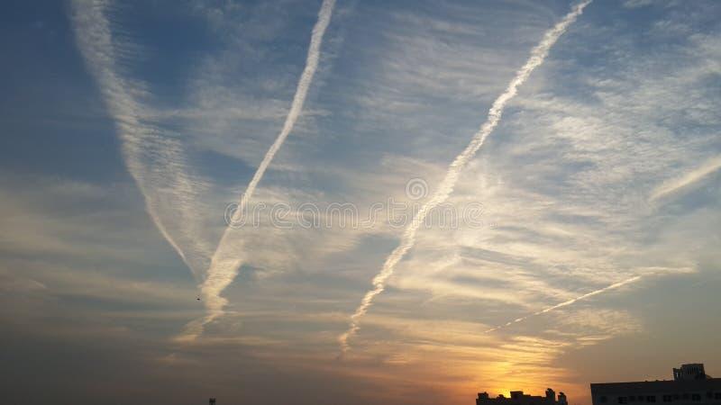 O tráfego aéreo do amanhecer assina dentro Dubai fotos de stock