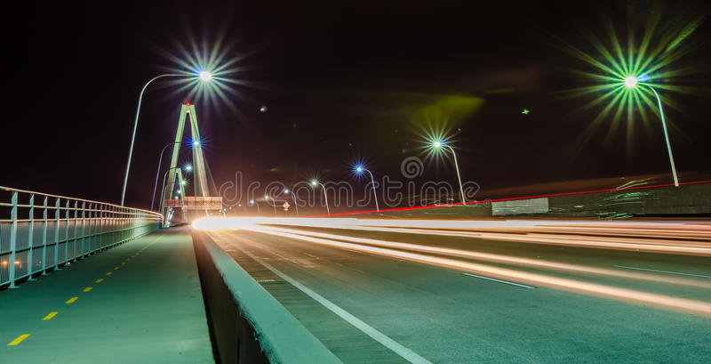 O tráfego comuta na ponte na exposição longa da noite imagem de stock royalty free