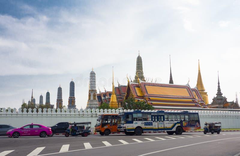 O tráfego e o serviço de ônibus público em Banguecoque com opinião tailandesa de palácio real no fundo fotos de stock royalty free