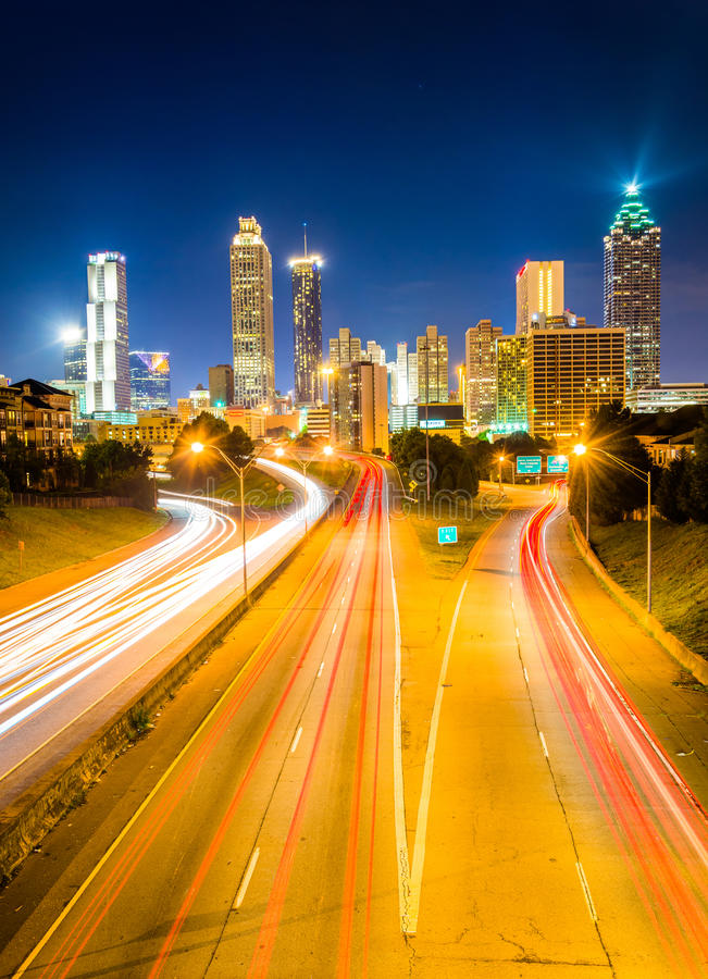 O tráfego na via pública larga e urbanizada da liberdade e a skyline de Atlanta na noite, consideram fotografia de stock royalty free