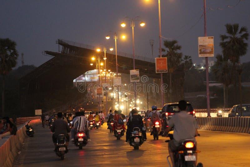 O tráfego no tempo do crepúsculo do vadodara com trânsito intenso imagens de stock