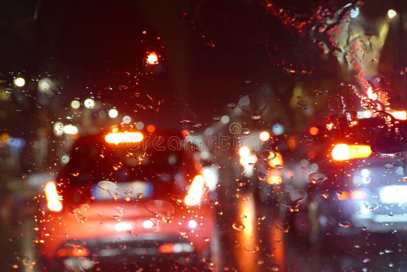 O tráfego rodoviário no túnel chuvoso da noite com carros e as luzes borram o efeito fotos de stock