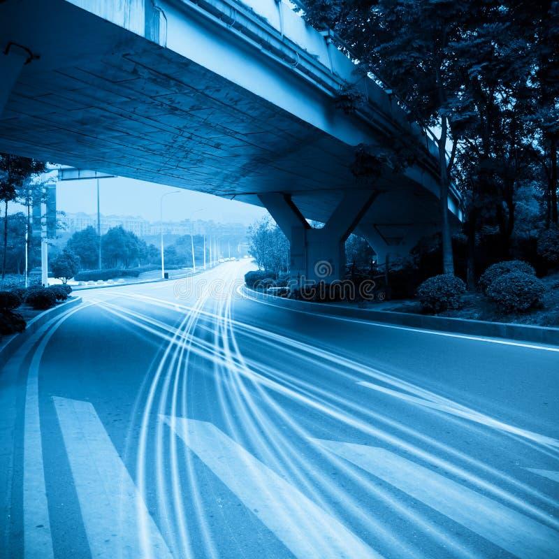 O tráfego sob o viaduct foto de stock