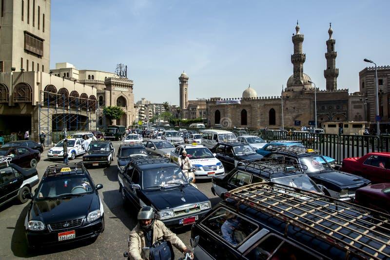 O trânsito intenso obstrui uma rua do Cairo Egypt imagens de stock