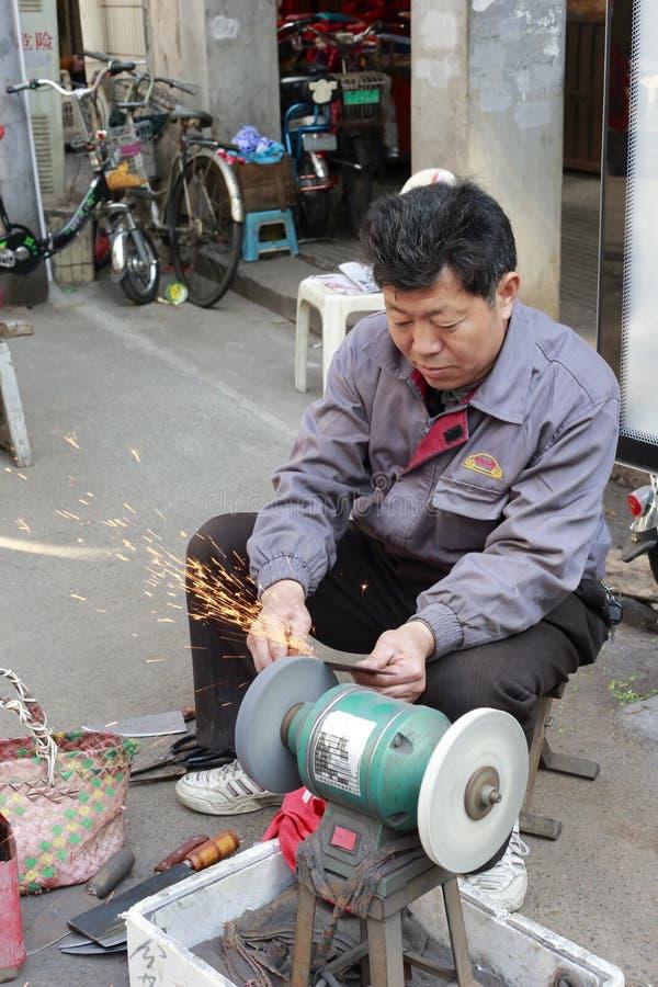 O trabalhador aponta uma faca fotografia de stock royalty free