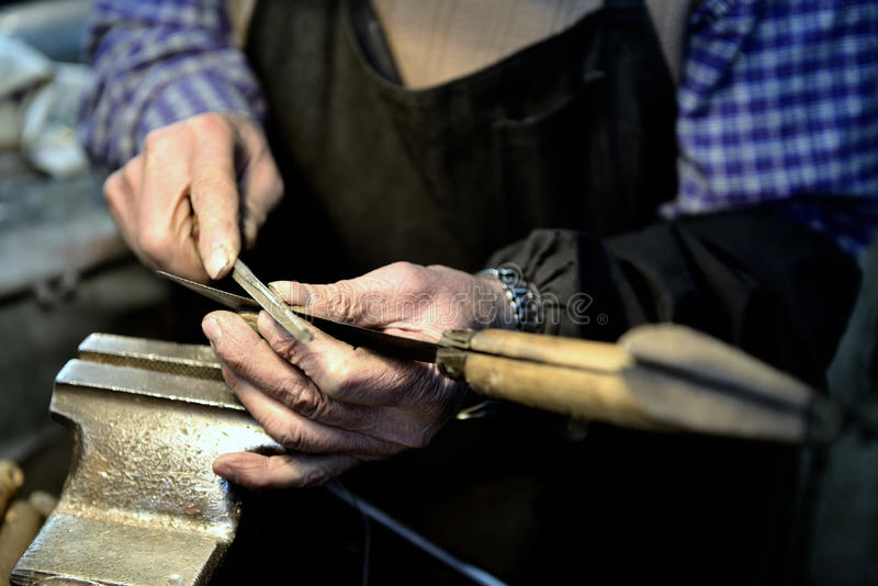 O trabalhador aponta uma faca foto de stock royalty free
