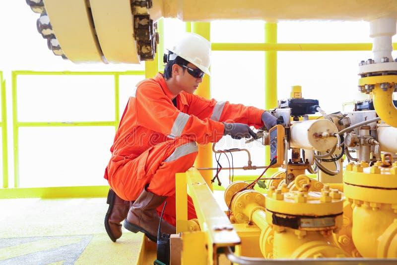 O trabalhador bonde e do instrumento inspeciona e verificando a tensão e a corrente de bonde e do sistema de controlo imagem de stock royalty free