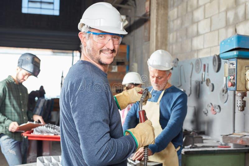 O trabalhador com capacete e segurança googles foto de stock royalty free