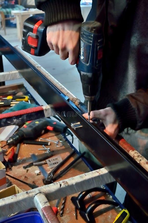 O trabalhador da construção Using Drill To instala a janela foto de stock royalty free