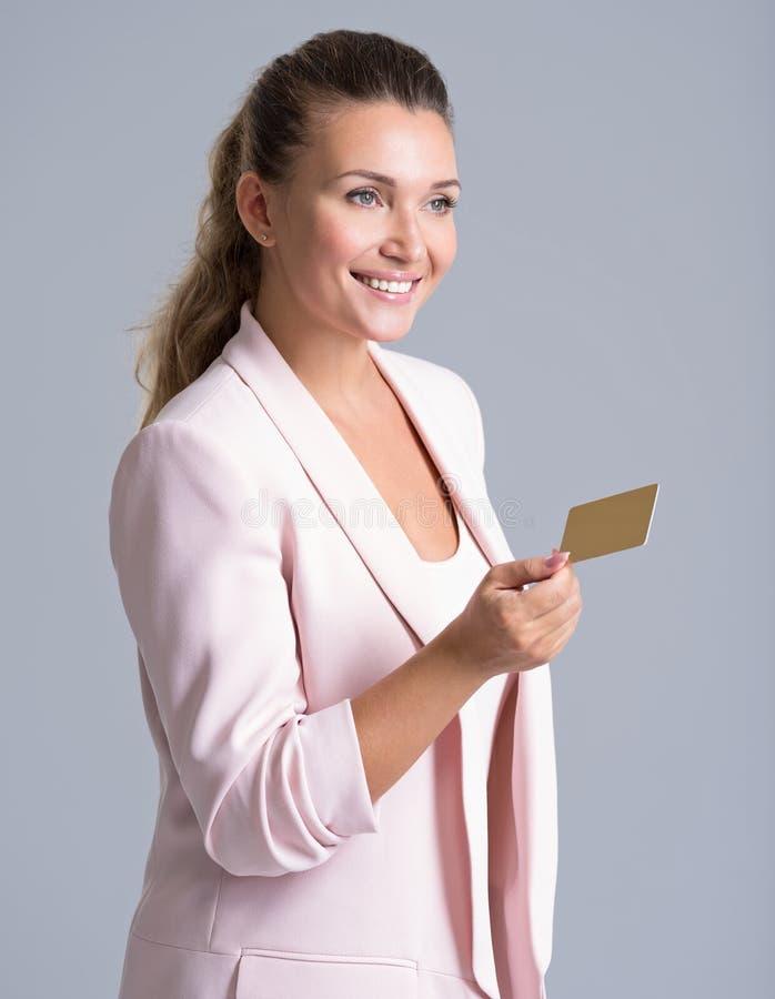 O trabalhador de escritório fêmea dá um cartão de banco fotografia de stock