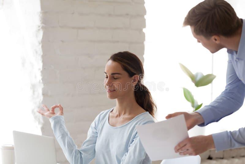 O trabalhador de escritório fêmea mantiv-se-er calmo quando grito irritado do chefe fotografia de stock royalty free