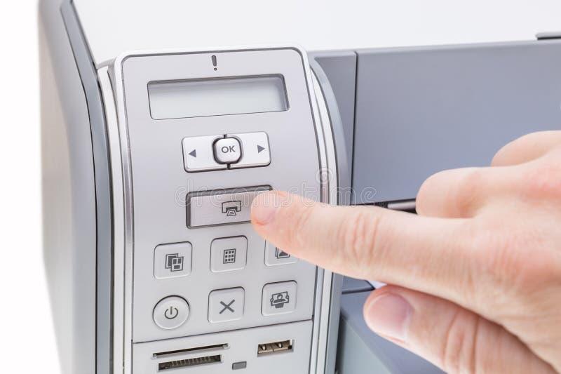 O trabalhador de escritório pressiona o botão a impressora imagens de stock royalty free