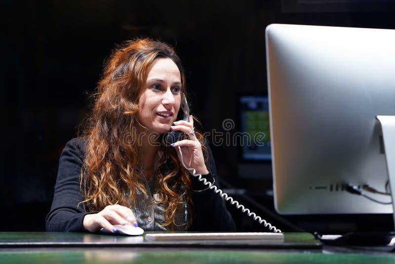 O trabalhador de escritório trabalha no teclado Um trabalhador de escritório da mulher que senta-se na mesa e que trabalha com um imagens de stock
