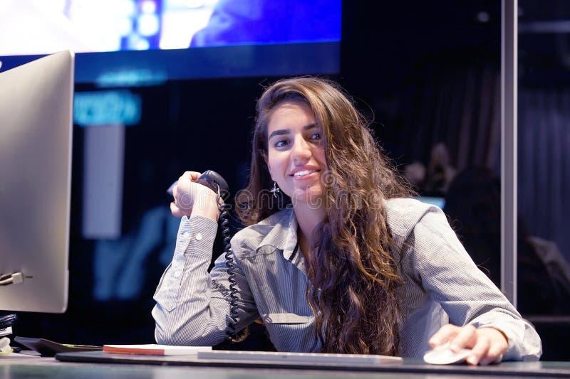 O trabalhador de escritório trabalha no teclado Um trabalhador de escritório da mulher que senta-se na mesa e que trabalha com um fotos de stock royalty free
