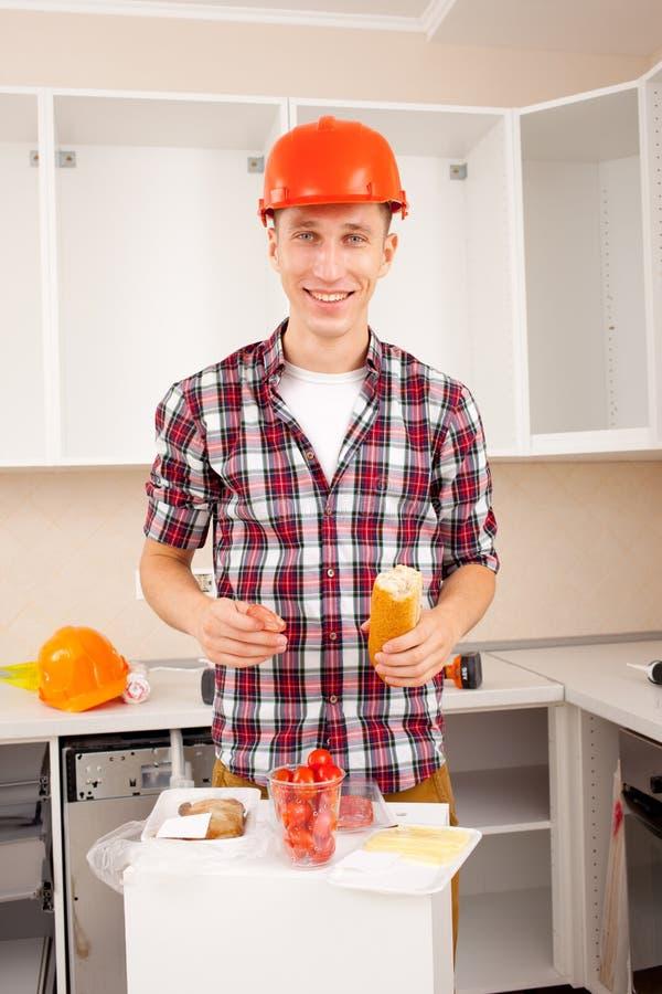O trabalhador de sorriso janta no interior imagens de stock