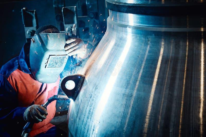 O trabalhador industrial na planta faz a solda imagens de stock royalty free