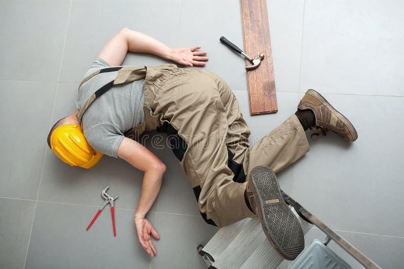 O trabalhador manual caiu da escada fotografia de stock