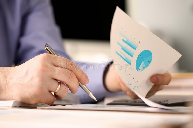 O trabalhador masculino do banco faz o conceito de contabilidade da empresa foto de stock royalty free