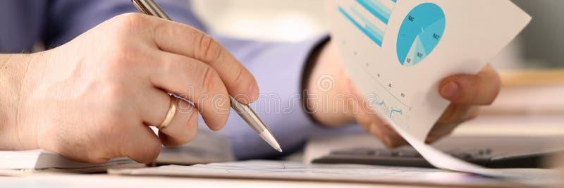 O trabalhador masculino do banco faz o conceito de contabilidade da empresa fotos de stock