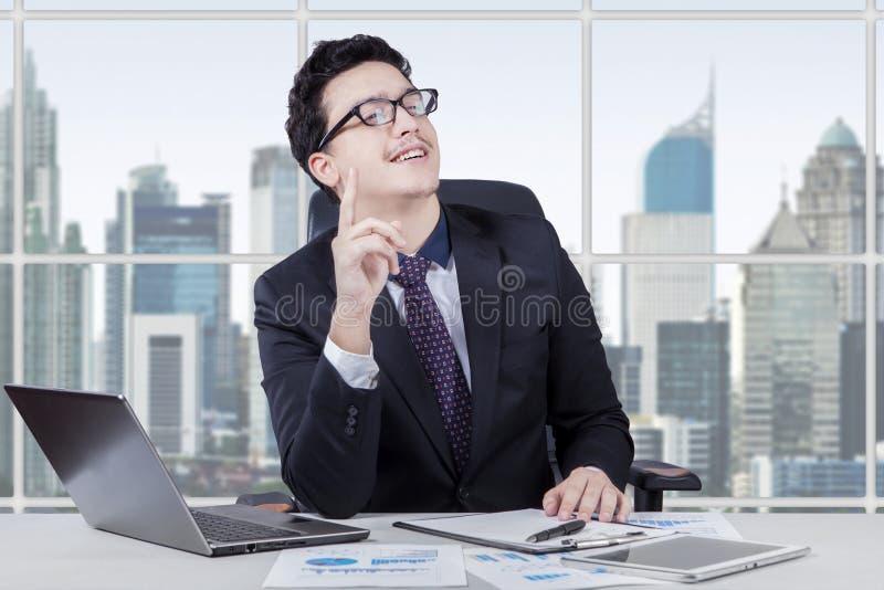 O trabalhador masculino obtém a ideia brilhante no escritório imagens de stock royalty free