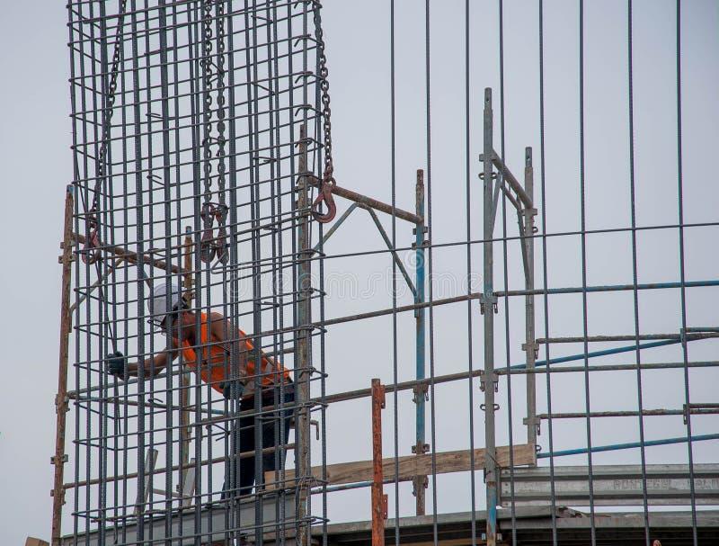 O trabalhador prepara a armadura para o concreto reforçado fotos de stock royalty free