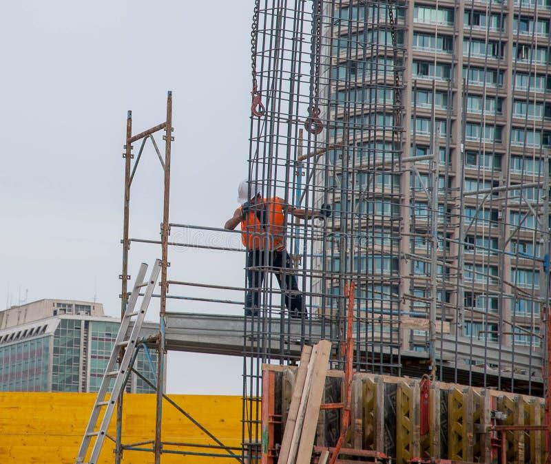 O trabalhador prepara a armadura para o concreto reforçado fotografia de stock royalty free