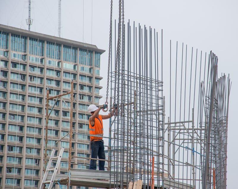 O trabalhador prepara a armadura para o concreto reforçado imagem de stock royalty free