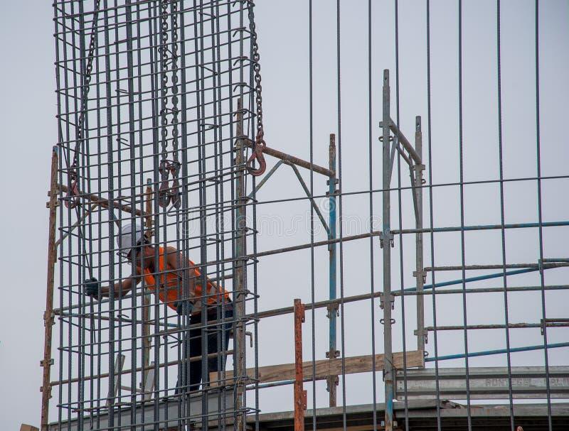 O trabalhador prepara a armadura para o concreto reforçado fotografia de stock